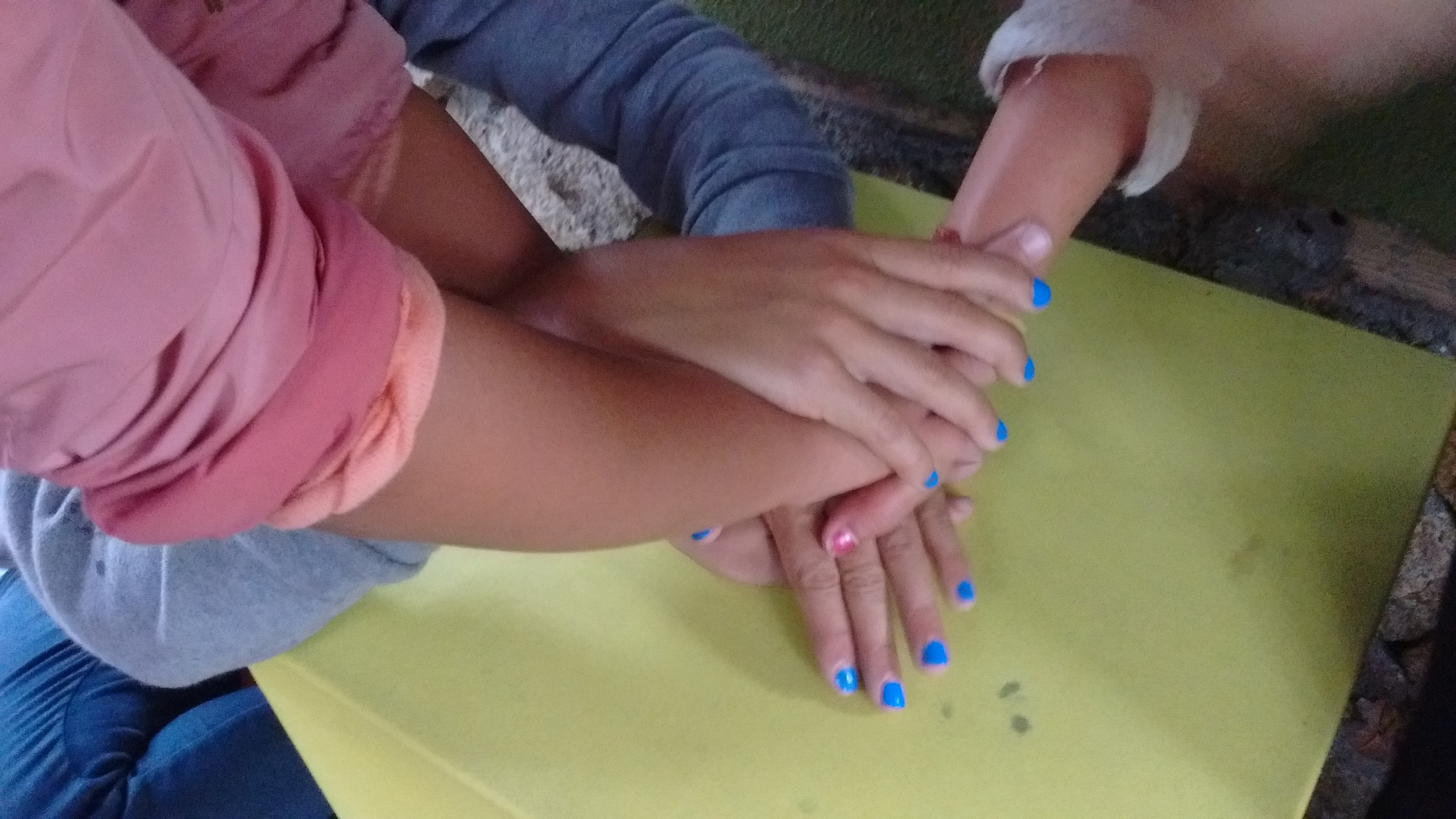 Manos y más manos