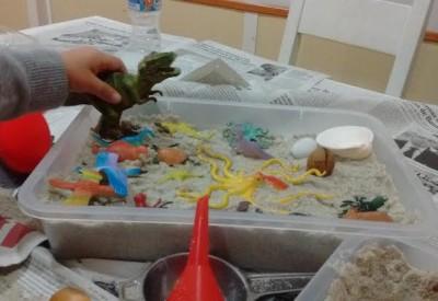 """En """"Diversión en familia"""" jugamos con una caja de arena sensorial, por Ana González Somoza"""
