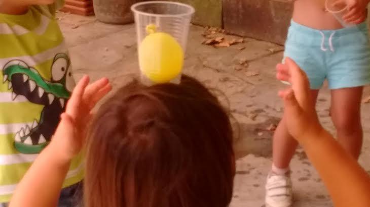 ¡Bailamos con un vaso con un globo lleno de agua en nuestra gymkana de este viernes!