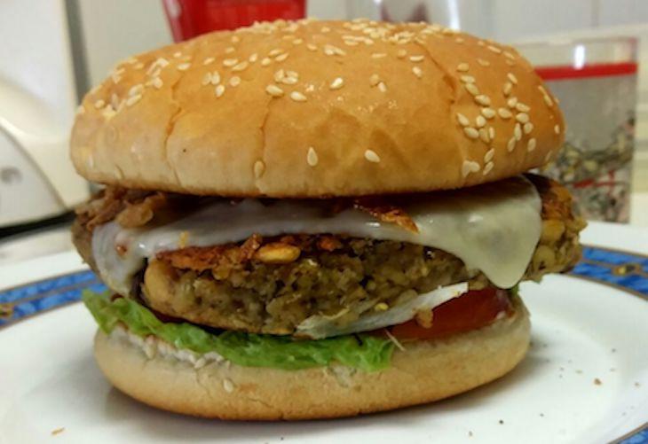 Hamburguesa vegetariana con pan. Foto cortesía de Óscar Iglesias González.