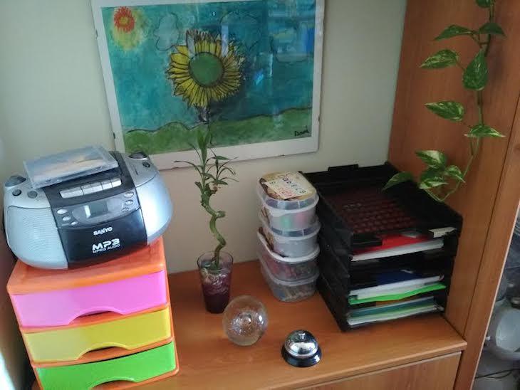 Ha aparecido un timbre en este rincón y han cambiado de sitio las libretas y la caja de pañuelos de papel.